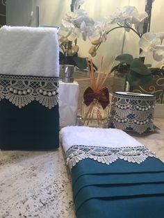 Este modelo é uma toalha de lavabo decorada com tecido cambraia verde e guipir fendi, bordado as pérolas com fio duplo. As toalhas são felpudas em algodão, com detalhes em viscose ou poliéster, macia e bem absorvente.