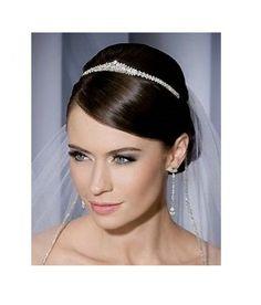 Tiara de mireasa  stralucitoare, decorata cu zeci de cristale translucide. Va face orice mireasa sa straluceasca cu adevarat in ziua nuntii.