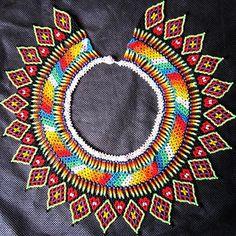 Collar umada.  Collar corona del sol @arte_embera   #numero #colorful #indigenas #mostacilla #mundial #moda #newyork Boho Necklace, Crochet Necklace, Elsa, Beaded Jewelry, Instagram, Beads, Sun, Corona, Projects