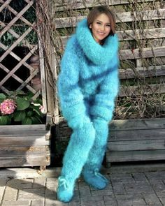 Sweater Fashion, Sweater Outfits, Women's Fashion, Gros Pull Mohair, Crochet Slipper Boots, Extreme Knitting, Big Wool, Big Knits, Chunky Knits