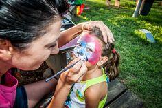 Todos los niños se alegran si en la fiesta de cumpleaños tiene maquillajes fantasía. Es un regalo común pero original.  #maquillajesfantasia #pintacaras #animadoresinfantiles #cumpleaños Bikinis, Swimwear, Carnival, Face, Gift, Faces, Party, Bathing Suits, Swimsuits