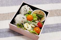 2014.5.13 Bento 梅しそおにぎり、豚肉と野菜炒め、マカロニサラダ