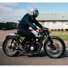 caferacergram's photo Cafe Racer Bikes, Cafe Racers, Biker Style, Motorcycle, Bikers, Helmets, Motto, Instagram Posts, Hard Hats