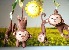 Móbile com macacos e sol, Móbile de bebê, Móbile de berço    Este móbile delicado feito especialmente para berço de bebê a mão de feltro.  Ideal para pendurar no berço ou trocador.  Posso fazer nas cores de sua preferência. Faço em outros temas também.  Se quiser posso embalar este móbile para pr...