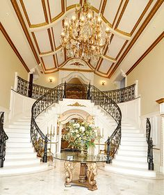 Unique ceiling, beautiful chandelier, and staircase at Melissa and Joe Gorga's house for sale. - Futura Home Decorating Mansion Bedroom, Mansion Interior, Interior And Exterior, Melissa Gorga House, Chandelier Design, Chandelier Staircase, Feng Shui, House Entrance, Grand Entrance