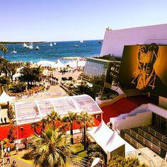 Pin for Later: Comment se passe vraiment le festival de Cannes ? Découvrez les photos Instagram que nous avons prises chaque jour !  Regardez la superbe vue du balcon d'où nous avons filmé toutes nos vidéos POPSUGAR Now ! La mer, le tapis rouge, les marches... Superbe, non ?