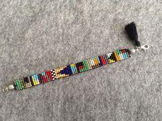 Rengarenk Boncuk Bileklik Rengarenk kum boncuklardan yapılmıştır. Toplam uzunluğu 16,5 cm, eni 1 cm'dir. Talep.... 179386