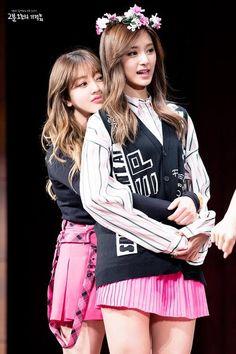 this height difference Twice Height, Yuri, Pretty Korean Girls, Jihyo Twice, Tzuyu Twice, Matching Pfp, Korean Celebrities, Couple Posing
