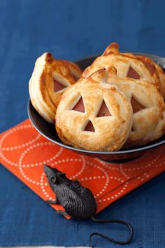 Jack-o'-Lantern Sandwich Bites - - These golden ham and cheese nibbles are way easier than carving a gourd. Just use a pumpkin-shaped cookie cutter on store-bought pie crust and ham and cheese slices, then layer and bake! Halloween Finger Foods, Halloween Appetizers, Healthy Halloween, Party Finger Foods, Finger Food Appetizers, Appetizer Recipes, Dinner Recipes, Dinner Ideas, Essen Halloween Party