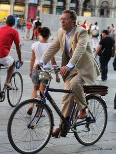 Мужчина на велосипеде: фото с улиц Милана. Вместе с этим власти Милана активно развивают велосипедную инфраструктуру, а сами итальянцы постигают культуру передвижения на велосипеде и делают это весьма успешно.