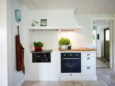 Bänkåsvägen 32 Swedish Kitchen, Warm Kitchen, Old Kitchen, Kitchen Dining, Kitchen Decor, Swedish Decor, Swedish Style, Beautiful Kitchens, Cool Kitchens