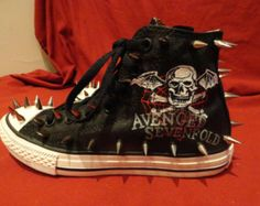 Theese are crazy Punk Outfits, Grunge Outfits, Retro Sneakers, Shoes Sneakers, Black Outfit Edgy, Emo Shoes, All Star, Studded Converse, Skull Shoes