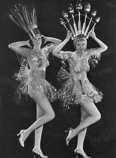 Vintage Showgirls - early use of cellofane! Looks Vintage, Style Vintage, Vintage Beauty, Vintage Ladies, Vintage Fashion, Foto Vintage, Fashion 1920s, Vintage Music, Gothic Fashion