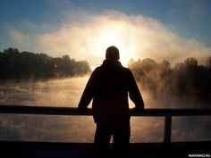 Силуэт парня в шапке, который смотрит на пар над озером - картинки, авы, аватары