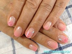 I drew the art of the gradient of pink camellia flower of a sense of transparency.  It is very simple nail, facial expression wearing a colored flower in the center of the flower a little dark eyes.  It is a casual nail design.