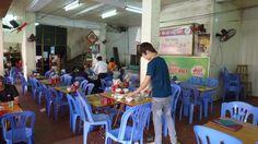 Un des nombreux restaurants typiques à #Hanoi #Vietnam mais celui-ci est plus grand.