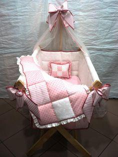 CUNA COUNTRY PLEGABLE PARA NIÑA CON EDREDÒN REVERSIBLE. AMARILIS CISNEROS DE HERRERA - VENEZUELA +58/414-3419580. Baby Dolls, Baby Hammock, Mother And Baby, Baby Essentials, Bassinet, Baby Car Seats, Master Bedroom, Sewing Projects, Nursery