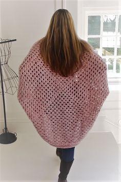Crochet Cardigan [Video Tutorial] Absolutely Gorgeous And So Easy Crochet Cocoon Cardigan Crochet Cocoon, Knit Or Crochet, Crochet Scarves, Easy Crochet, Crochet Clothes, Crochet Shrugs, Crochet Cardigan Pattern, Crochet Jacket, Crochet Patterns