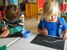 Begeleide of zelfstandige activiteit - Skelet stempelen met vingers Acting, Kids Rugs, School, Classroom, Activities, Blue Prints, Kid Friendly Rugs, Nursery Rugs