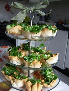L'insalata (valeriana, noci, mela verde con citronette) servita in cestinetti di pasta fillo su una alzatina a tre piani