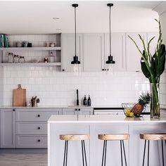 """1,099 Likes, 15 Comments - Decoração de Coração ♥️ (@decordecoracao) on Instagram: """"Cozinha •• armários cinza claro com metais e puxadores pretos ✨ amo essa composição! O preto na…"""""""