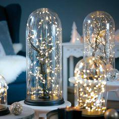 Hier eine kleine Idee, wie Du eine Lichterkette schön in Szene setzen kannst. #Hirsch #Glasglocke #Lichterkette #XMAS