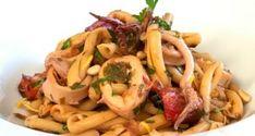 αμυγδαλωτά απ' την Τήνο με μανταρίνια Χίου - Pandespani.com Calamari, Pasta Salad, Cooking Recipes, Chicken, Meat, Ethnic Recipes, Food, Cakes, Crab Pasta Salad
