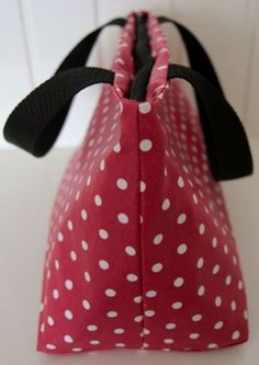 Lunch bag rouge à pois blancs, enduit et isotherme - Red cool lunch bag with white dots and wipe-clean fabric. Sac Lunch, Best Lunch Bags, Bago, Cleaning Wipes, Polka Dots, Fabric, Diy, Crafts, Women
