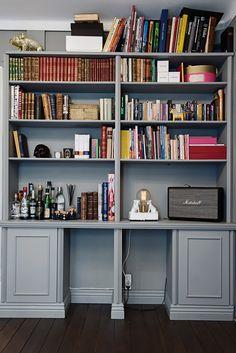 Platsbyggd bokhylla ger livfull karaktär åt rummet