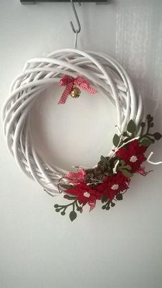 Ghirlanda con fiori di feltro rosso.
