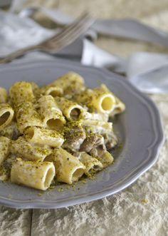 Pasta funghi, stracciatella e pistacchi