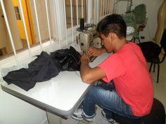 Confecção de blazer por aluno em curso de aperfeiçoamento em costura.
