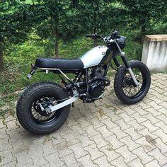 Ce qu'il me reste à faire : 1) fixer le cache de la batterie 2) repeindre l'arrière du cadre. #motorbike #custom #bikeexif #dropmoto #streettracker #scrambler #tw125 #tw200 #yamaha #moto #lyon