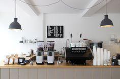 Coffee bar Koffie en Ik in Utrecht. Commercial Interior Design, Shop Interior Design, Cafe Design, Utrecht, Cafe Restaurant, Restaurant Design, Cafe Counter, Green Cafe, Cafe Bistro