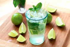 Mojito: The real one - Trend Best Cocktail Recipes 2019 Cocktail Drinks, Cocktail Recipes, Alcoholic Drinks, Drink Recipes, Dinner Recipes, Virgin Mojito, Tapas, Brunch, Juice Recipes
