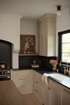 Beige Cabinets, Kitchen With Black Countertops, Küchen Design, Interior Design, Modern Design, Dream Home Design, House Rooms, Kitchen Interior, Home Kitchens
