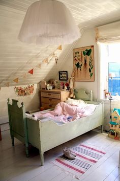 Find out about getting the right timing to switch from toddler crib and more DIY toddler bed ideas which suits your needs. Cama Vintage, Diy Toddler Bed, Casa Kids, Deco Kids, Little Girl Rooms, Kid Spaces, Kids Decor, Decor Ideas, Diy Ideas