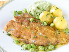 Curry- och senapspanerad gös, gröna bönor och puré