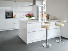 Schiefer-Fliesen Grey Slate Modern naturalness: The slate floor gives the stylish high-gloss kitchen Grey Kitchen Diner, Grey Kitchens, Home Kitchens, Kitchen White, Grey Wood Floors, Slate Flooring, Kitchen Flooring, Glossy Kitchen, High Gloss Kitchen