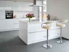 Moderne Natürlichkeit: Der Schiefer-Boden verleiht der stilvollen Hochglanzküche eine zeitlose, natürliche Note – jonastone.de