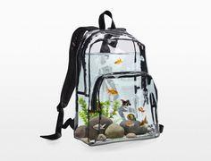 Mochila aquário em vinil transparente para transportar peixes criada pelos artistas Brad Troemel e Joshua Citarella;
