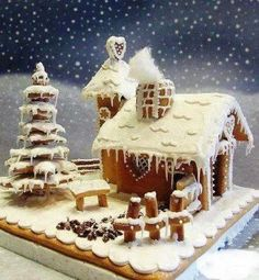 Cool twist on a gingerbread house-snowflake tree Gingerbread House Designs, Gingerbread Village, Gingerbread Decorations, Christmas Gingerbread House, Gingerbread Cake, Christmas Goodies, Christmas Treats, Christmas Cakes, Ginger House