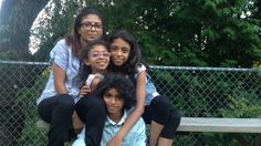 Ensaf Haidar, la conjointe de Raif Badawi et ses trois enfants.Le conjoint d'Ensaf Haidar, Raif Badawi, a été condamné à 10 ans de prison, à mille coups de fouet et à une amende de près de 300 000 $ par la justice saoudienne. Il est accusé d'avoir dénigré l'islam sur son blogue.  Dans la foulée des événements, Ensaf Haidar a subi des pressions familiales et on l'a même menacée de lui retirer la garde de ses enfants. Elle s'est finalement réfugiée au Canada avec eux