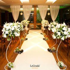 Oferecemos um espaço lindo, amplo e muito bem decorado, para a realização da sua cerimônia. Conheça o La Strada: www.lastrada.com.br