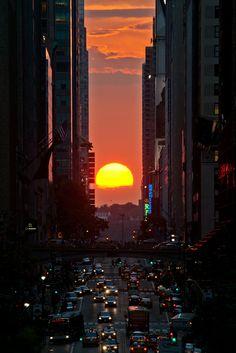 Manhattanhenge's sunset NYC New York City Travel Honeymoon Backpack Backpacking Vacation Beautiful Sunset, Beautiful World, Beautiful Places, Beautiful Pictures, Photographie New York, City Aesthetic, Concrete Jungle, Belle Photo, Wonders Of The World