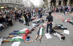 """Flashmob für Palästina: Mit einem Flashmob wollte die Gruppe """"Austrian activists for Palestine"""" auf die aktuellen Lage im Gazastreifen aufmerksam machen. Sie stellten Verletzte und Todesopfer nach. Mehr Bilder des Tages auf: http://www.nachrichten.at/nachrichten/bilder_des_tages/cme10133,1114994 (Bild: apa)"""