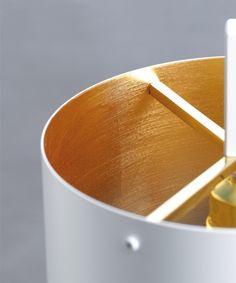 De #Anta Afra is een #vloerlamp met een stijlvolle uitstraling. De Afra is afgewerkt met witte of zwarte lak. De binnenkant van de lampenkap is beschikbaar in goud of zilver. Afra maakt het mogelijk om het licht dimbaar te maken. Met een maximum van 75 Watt is deze vloerlamp een aanwinst voor ieder #interieur. Afmetingen: 1410x520 cm. #GilsingWonen #design #wooninspiratie