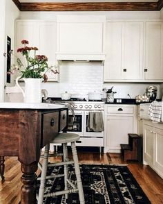 Nice 99 Gorgeus Farmhouse Kitchen Sink Design Ideas. More at http://99homy.com/2018/03/14/99-gorgeus-farmhouse-kitchen-sink-design-ideas/