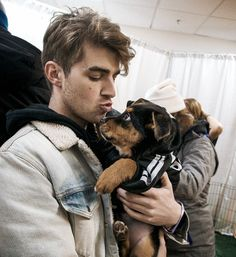 Drew and his puppo. Andrew Taggart, Macho Alfa, The Vamps, Electronic Music, Cute Guys, Celebrity Crush, Music Artists, Beautiful Men, Sexy Men