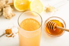 Axe's Secret Detox Drink will help your body burn fat, lose weight, detoxify, boost energy and fight diabetes! Cleansing with detox drinks. Detox Smoothie Recipes, Detox Recipes, Detox Drinks, Fun Drinks, Cleanse Your Liver, Detoxify Your Body, Lupus Diet, Ginger Honey Lemon, Drinking Lemon Water